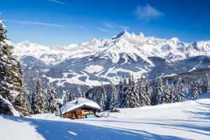 Die Karhütte am Rossbrand mit herrlichen Blick zum Dachstein. Filzmoos, Salzburg, Österreich (07.02.2015)